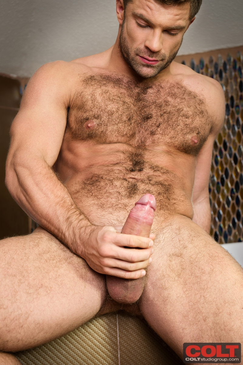 Hairy Bodybuilder Solo Wanking